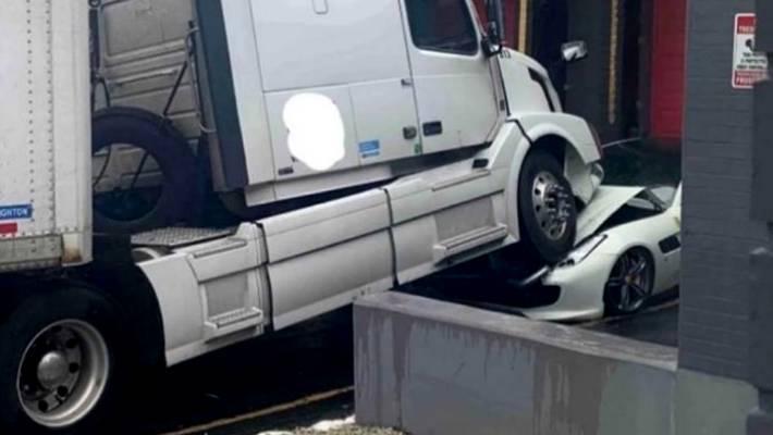 Locura de pandemia: Lo echaron del trabajo y destruyó el Ferrari de su ex jefe con un camión
