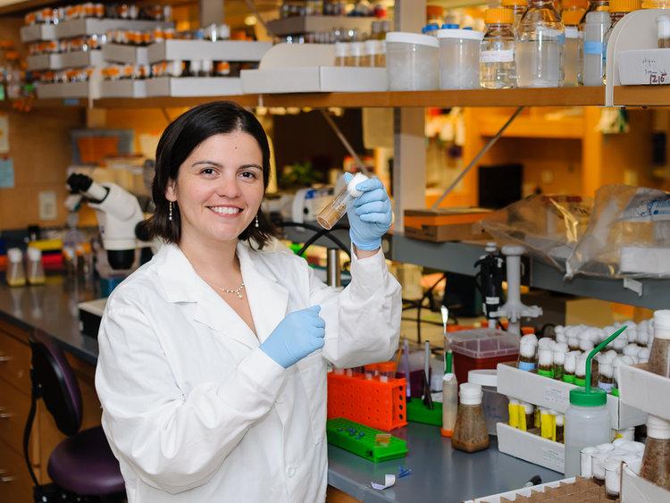 """Yuli Fuentes-Medel y su investigación en el MIT sobre la industria textil: """"En cada fibra podría haber un computador"""""""