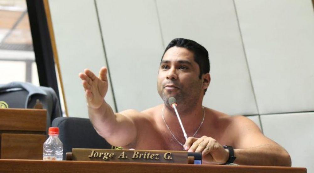 Un debate acalorado: Diputado paraguayo hizo striptease en plena sesión de la Cámara