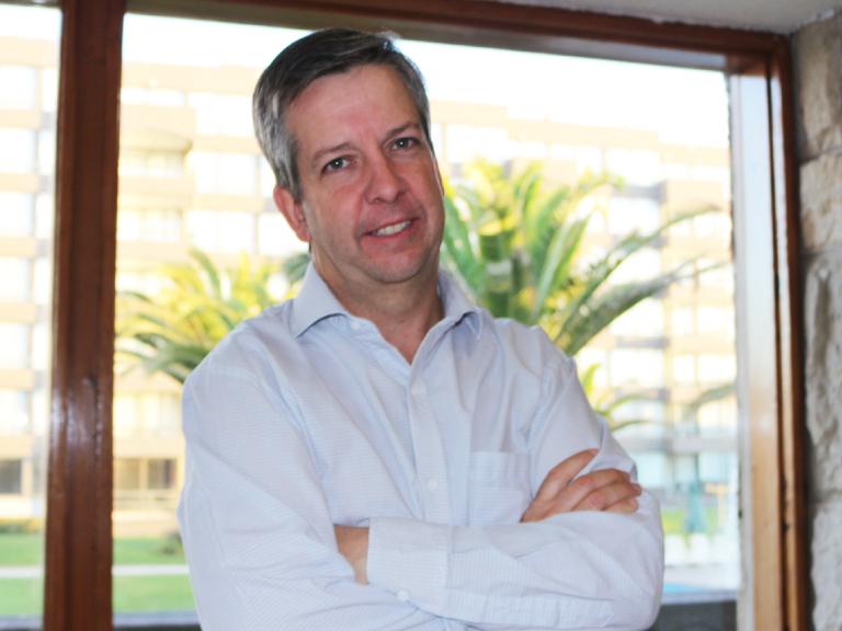 """Dr. Regueira de la SOCHIMI por movilidad en la RM: """"Actualmente supera el 60% y para ser exitosa debería estar en torno al 30%"""""""