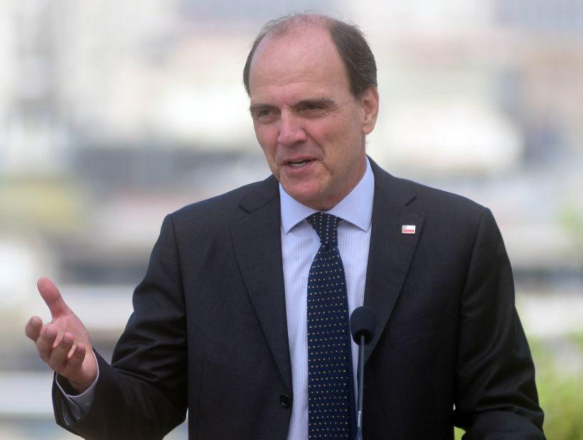 """Ministro Monckeberg afirma que se evalúa nueva entrega de cajas y dice sentir """"pudor"""" por instructivo comunicacional de la Secom"""