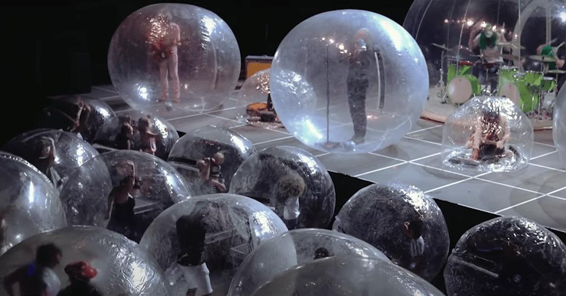 ¿El futuro de los conciertos?: The Flaming Lips hizo un show con los músicos y el público dentro de burbujas plásticas
