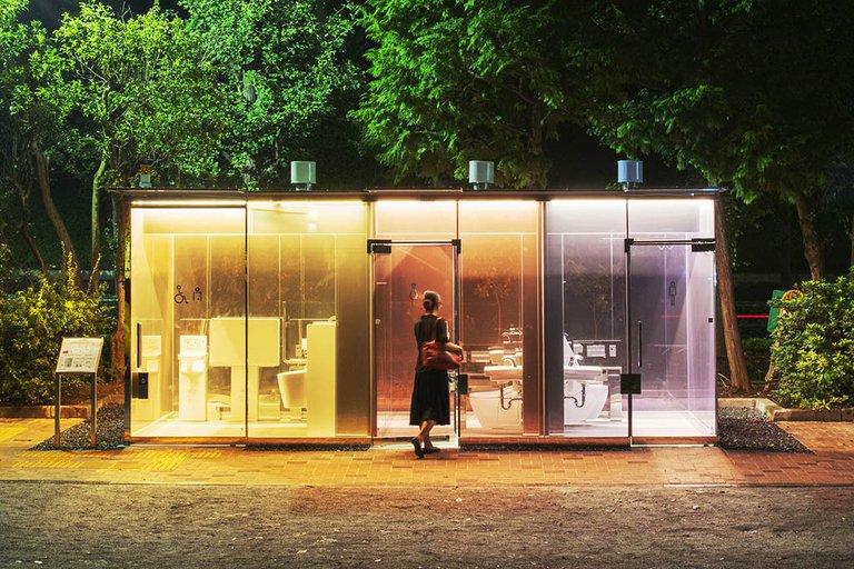 ¿Los imaginas en Chile?: Así son los exitosos baños públicos transparentes de Tokio