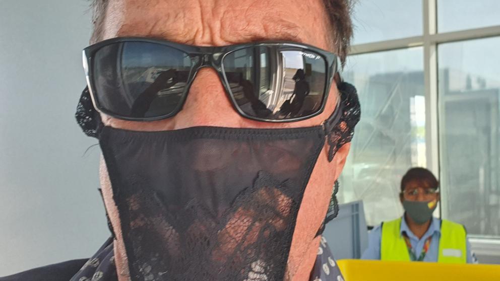 Creador del antivirus McAfee terminó en prisión por usar una tanga como mascarilla
