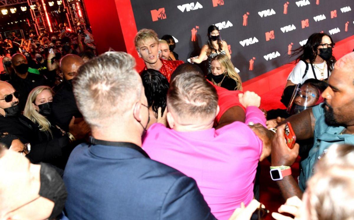 Connor McGregor protagonizó una pelea con el rapero Machine Gun Kelly en la alfombra roja de los MTV VMA